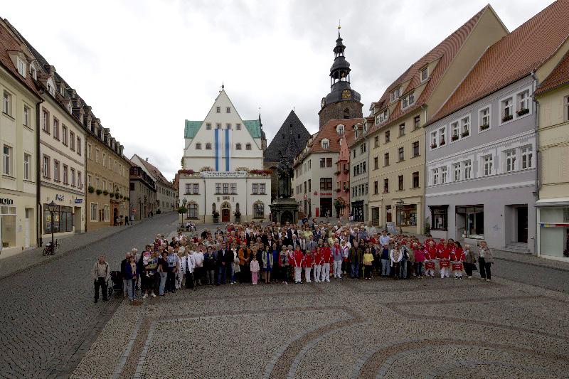Lutherstadt Eisleben, Marktplatz, Gruppenphoto mit Luther, 197 Besucher, Aug. 2012