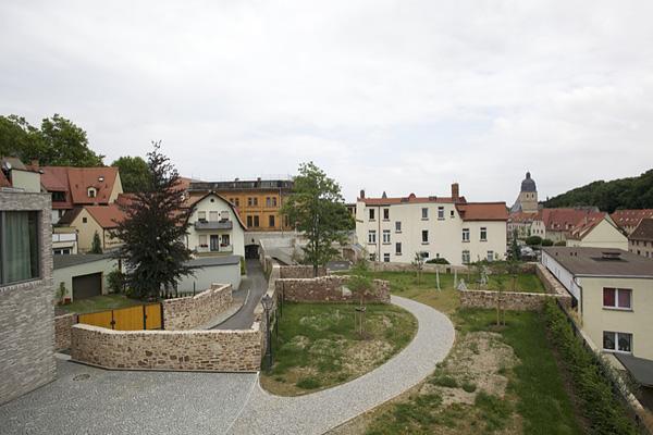EISLEBEN, Vikariatsgarten, FreiSicht auf Taufkirche, Rasen und Hecke grün, looking east, 07.07.2014