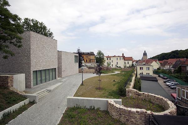 EISLEBEN, Vikariatsgarten, Sterbehaus Ensemble, FreiSicht auf Taufkirche, looking east, 07.07.2014