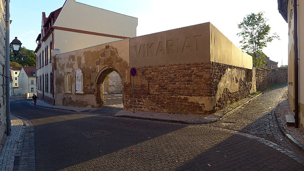 Eisleben, Vikariat - aussen mit Eingang, Sanierung fertig, looking West, 02.10.2013