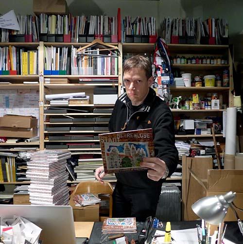 Leipzig, Atelier Deutschland, Michael-Fischer-Art signiert das Buch, 07.12.2013