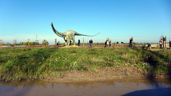 Großpösna, Giganten im BERGBAUPARK, Diplodocus, looking north, 28.10.2014