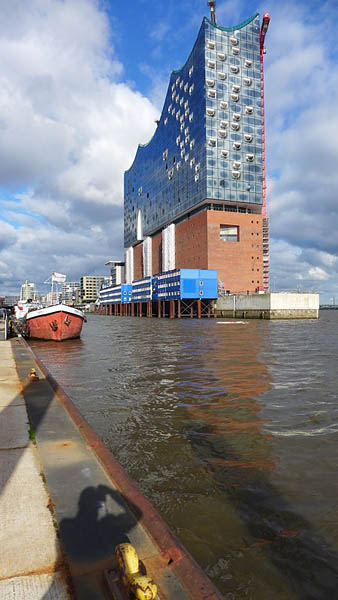 HAMBURG - HAFENCITY, Kehrwiederufer, toutou settings, looking east, 20.06.2015