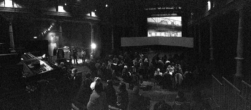 Raum-Installation und Publikum, ohne Projektion, looking north, inside, 16.01.2014