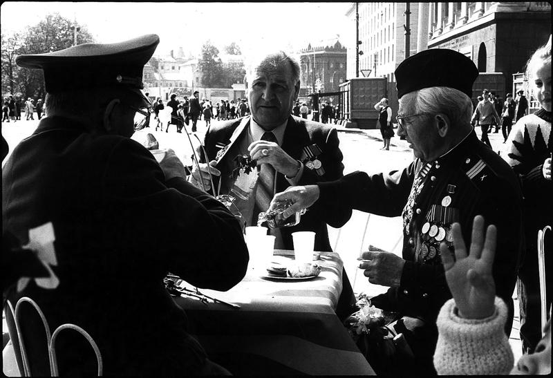 MOSKAU, 9. MAY 1989, VICTORY DAY, EIN KIND UND DREI MÄNNER IN DER SONNE
