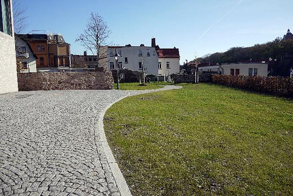 Eisleben, Vikariatsgarten und Stadtbalkonie, Rasen und Hecke grün, looking East, 30.10.2013