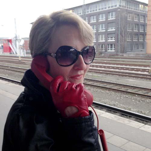 Frau mit roten Handschuhen, bitte knips mir den Sound der Welt,17.01.2014
